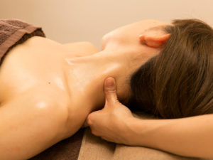 首のマッサージを受ける女性